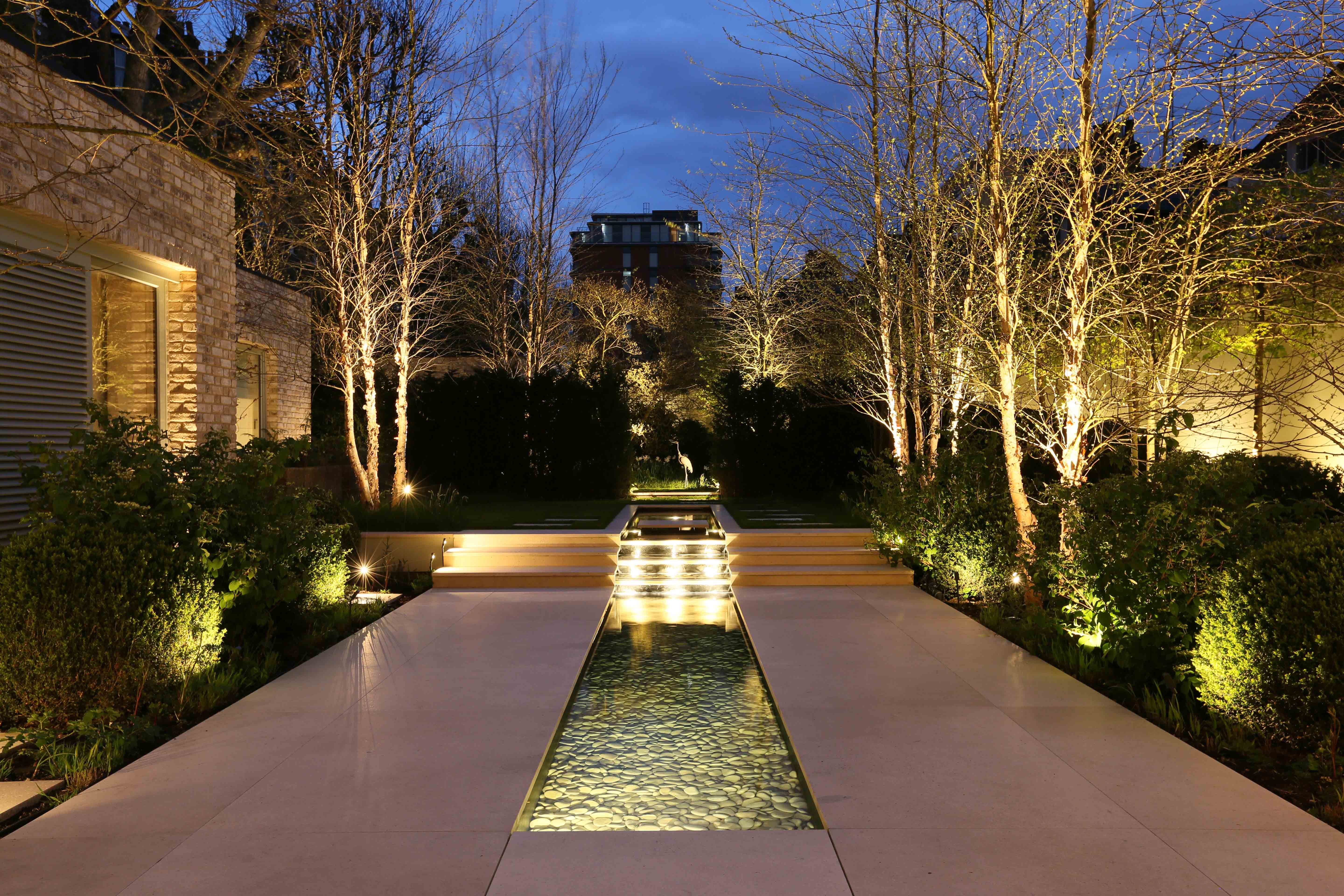 garden lighting how to light a water feature in a garden GUVKPWY