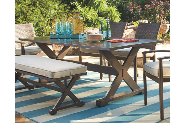 Outdoor Dining Table Provides A Great Look Of The Outdoor Place