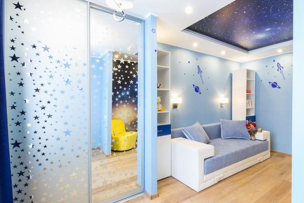 Stunning Mirrored closet doors with stars and night sky ceiling design cool kids rooms decorating ideas