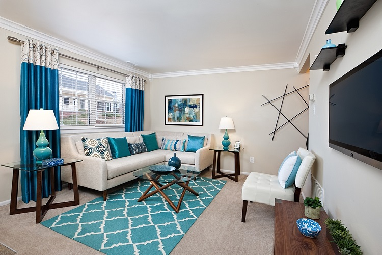 apartment decorating ideas harmonious white living room with blue accents USQWQKU