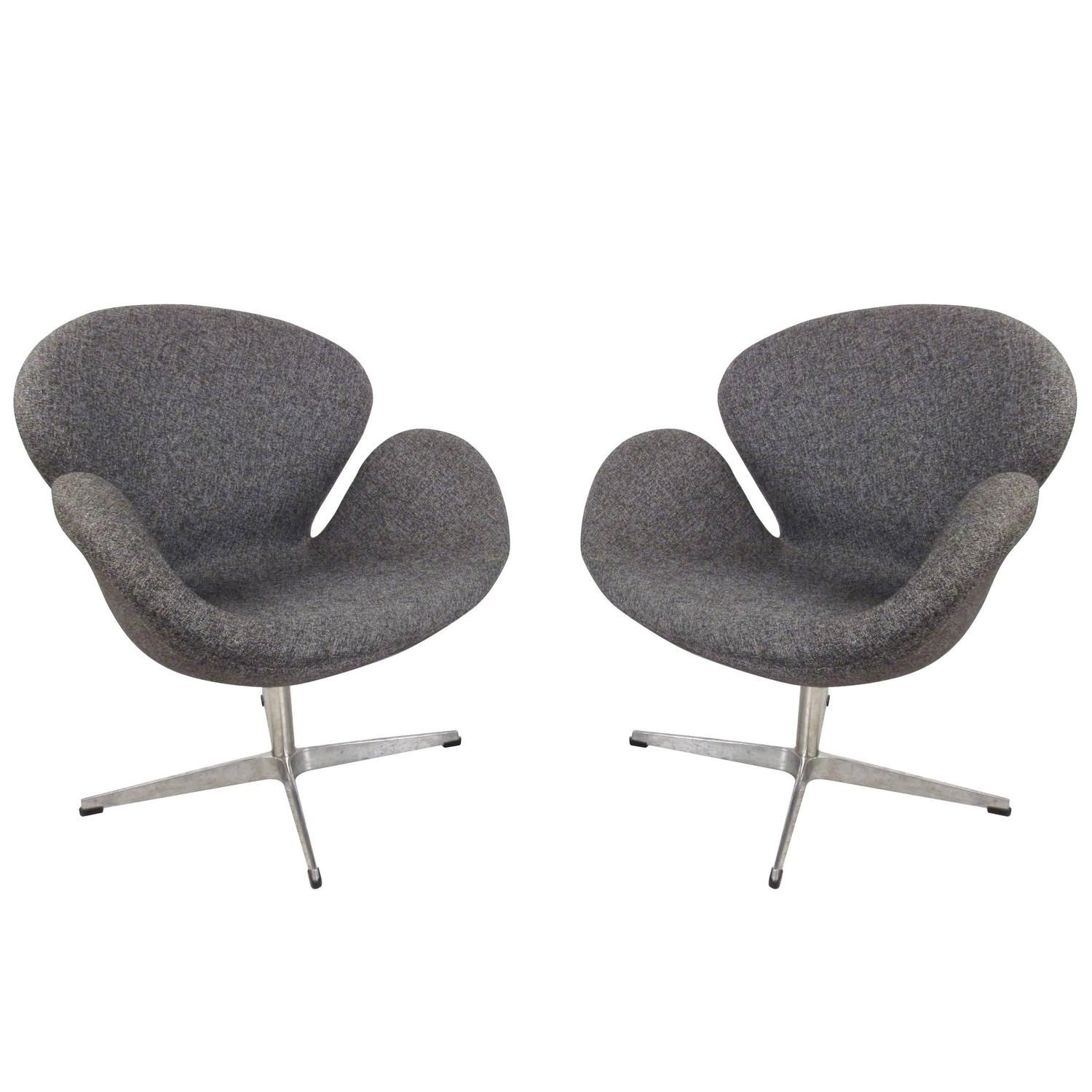 Pair of Mid-Century Modern Arne Jacobsen Style Swivel Lounge Chairs 1